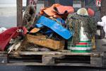 Allerlei Müll, der nicht ins Meer gehört: Vor der Ostseeinsel Rügen fanden Fischer Gummistiefel, Anglerhose, Fußmatte, Plastikeimer und -planen sowie alte Netze.