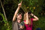 Jugendliche beobachten Vögel