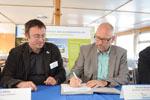 Erhard Skupch, Geschäftsführer des BUGA-Zweckverbandes, und Leif Miller, NABU-Bundesgeschäftsführer, unterzeichnen Kooperationsvertrag zur Bundesgartenschau 2015