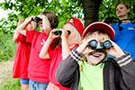Kinder beobachten Vögel