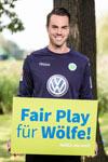 """Unter dem Motto """"Fair Play für Wölfe"""" wirbt Diego Benaglio, Torwart der Wolfsburger """"Wölfe"""", für einen gerechten Umgang mit dem tierischen Rückkehrer."""