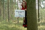 Rotkäppchen hinter'm Baum