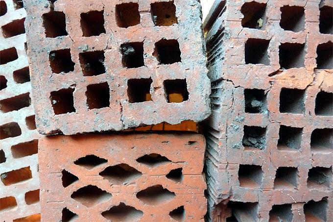 Keine gute Idee: Loch- und Hohlziegel sind immer wieder zu sehen, sind aber als Nisthilfen ungeeignet. Foto: Margarete Ratzel