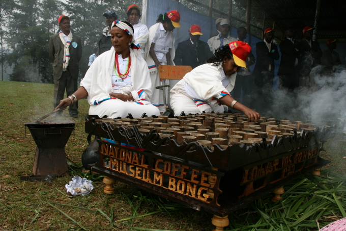 Traditionelle Zubereitung des Wildkaffees - Foto: Cleophe Bender