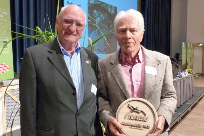 Die Waldmedaille überreichte der NABU-Präsidiumsmitglied Heinz Kowalski (li)  - Foto: privat
