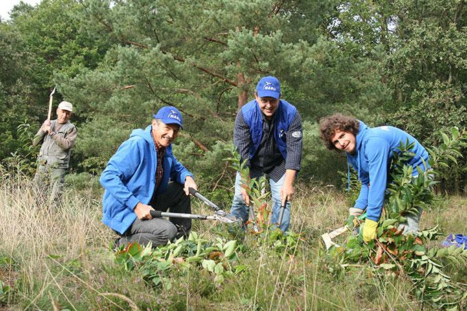 NABU-Aktive im ehrenamtlichen Einsatz für die Natur - Foto: NABU/Eric Neuling