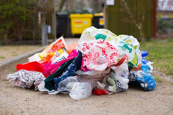Plastiktüten werden oft nur einmal benutzt und landen dann im Müll - Foto: NABU/Sebastian Hennigs