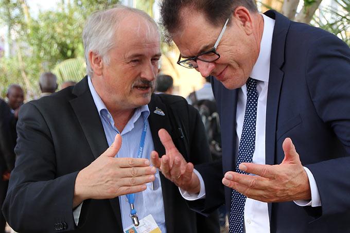 NABU-Präsident Olaf Tschimpke im Gespräch mit Bundesentwicklungsminister Gerd Müller (CSU). Foto: NABU/Iris Barthel.