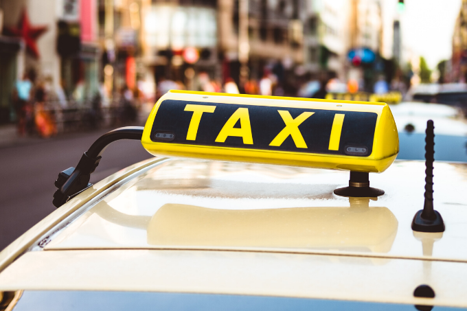 Taxi am Checkpoint Charlie in Berlin - Foto: Unsplash/Marco Kleen